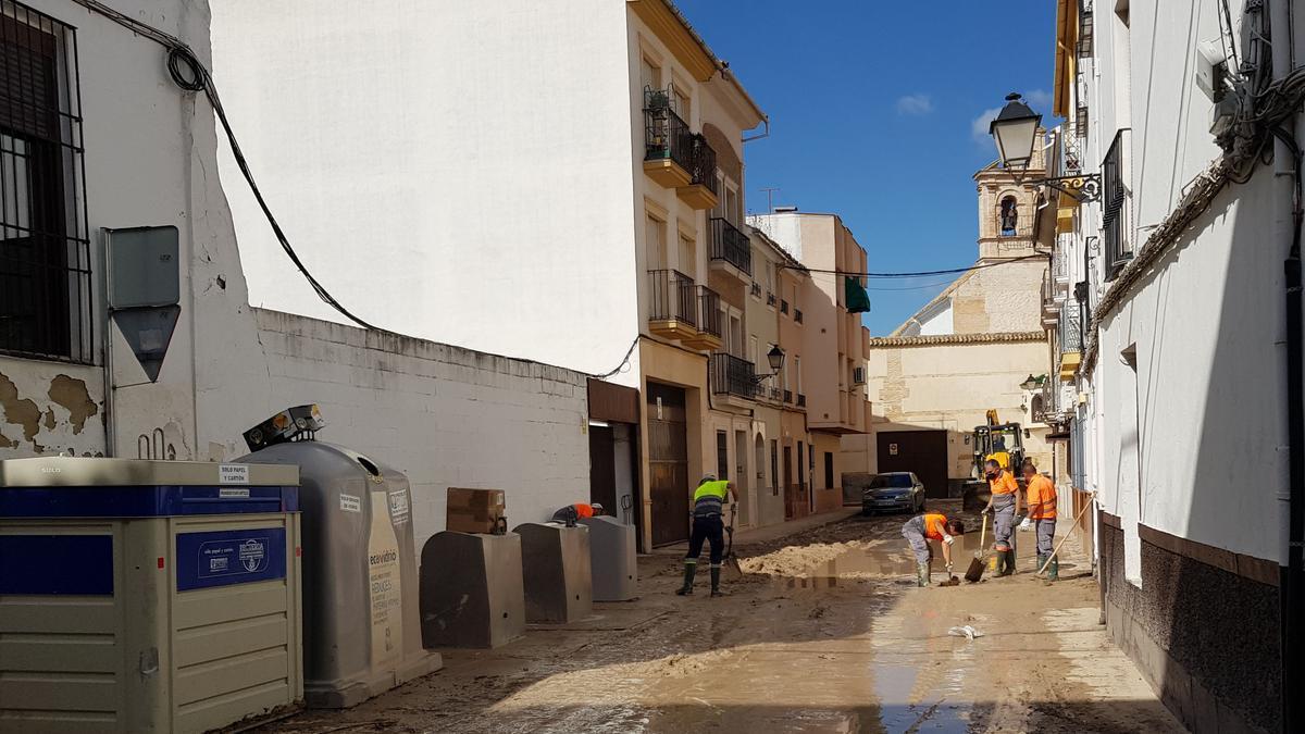 Operarios trabajan en la zona afectada en Lucena.