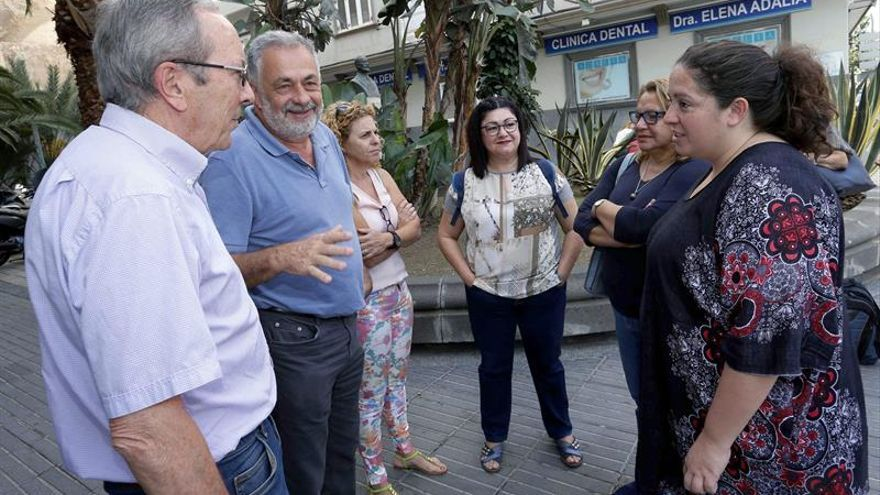 La eurodiputada de Podemos Estefanía Torres (d) y las diputadas por Las Palmas Meri Pita (2d) y Carmen Valido (4i) se reunieron en Las Palmas de Gran Canaria con la plataforma contra la reforma de la Ley del Suelo.