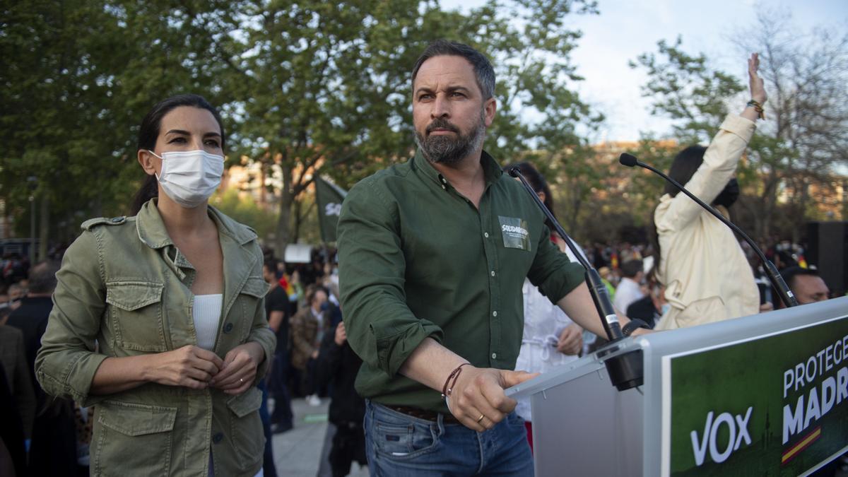 El líder de Vox, Santiago Abascal (d), y la candidata del partido a la presidencia de Madrid, Rocío Monasterio, durante el acto celebrado en Vallecas
