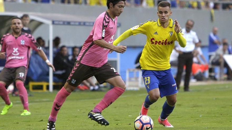 Shibasaki y Aketxe en el partido de ida entre el Cádiz y Tenerife