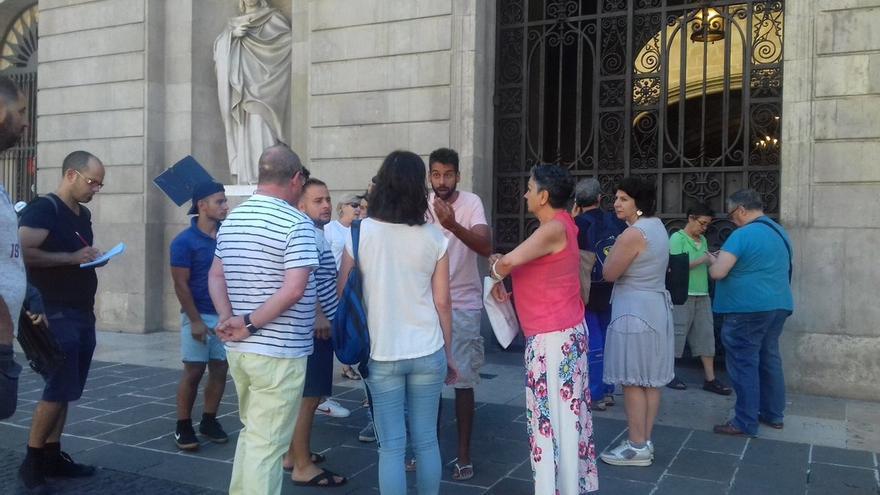 Los vecinos desalojados de la calle Sugranyes ante el Ayuntamiento de Barcelona