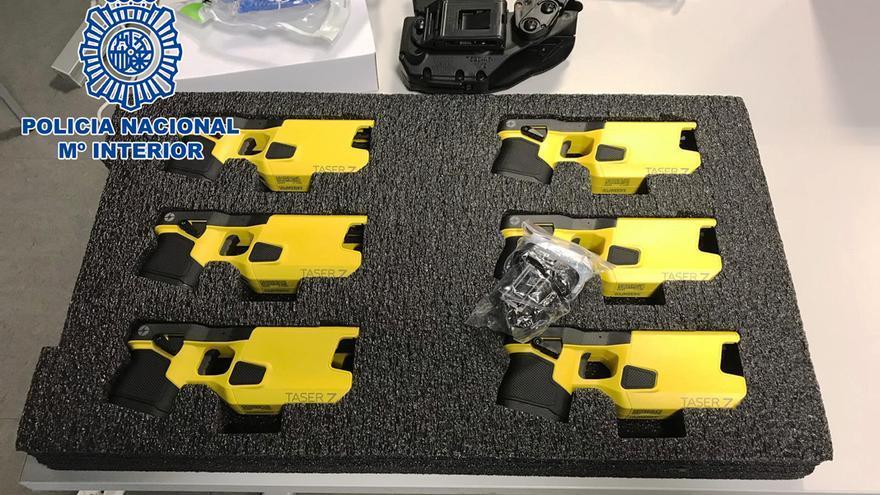 Las nuevas pistolas eléctricas que incorporará la Policía Nacional.