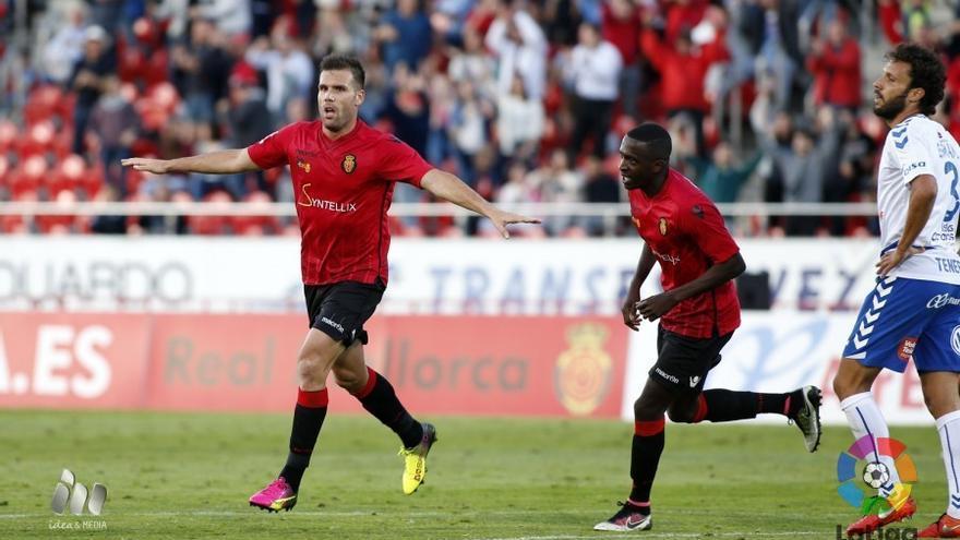 Alfredo Ortuño celebra el gol con el que el Mallorca derrotó al Tenerife