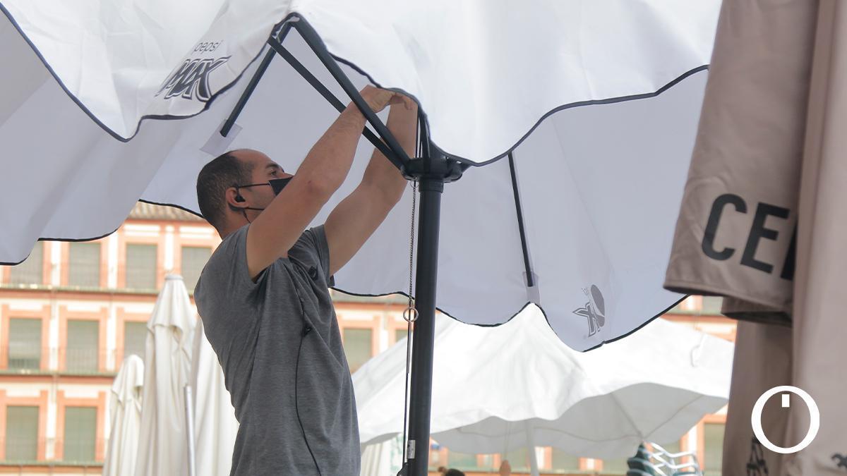 Un camarero cordobés montando una terraza en La Corredera