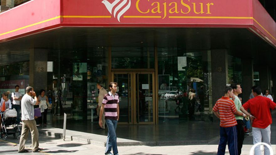 Oficinas centrales de Cajasur con el símbolo de la paloma antes del cambio.