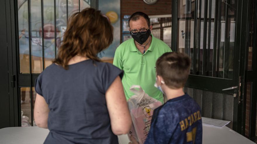 Un alumno recoge material escolar en su colegio en el primer día de reapertura de colegios en Torrejón de Ardoz (Madrid) tras el cierre por el coronavirus.