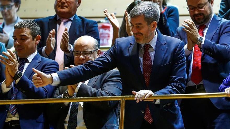 El presidente de Canarias, Fernando Clavijo (d) celebra en la tribuna de invitados del Senado la aprobación del nuevo Estatuto.