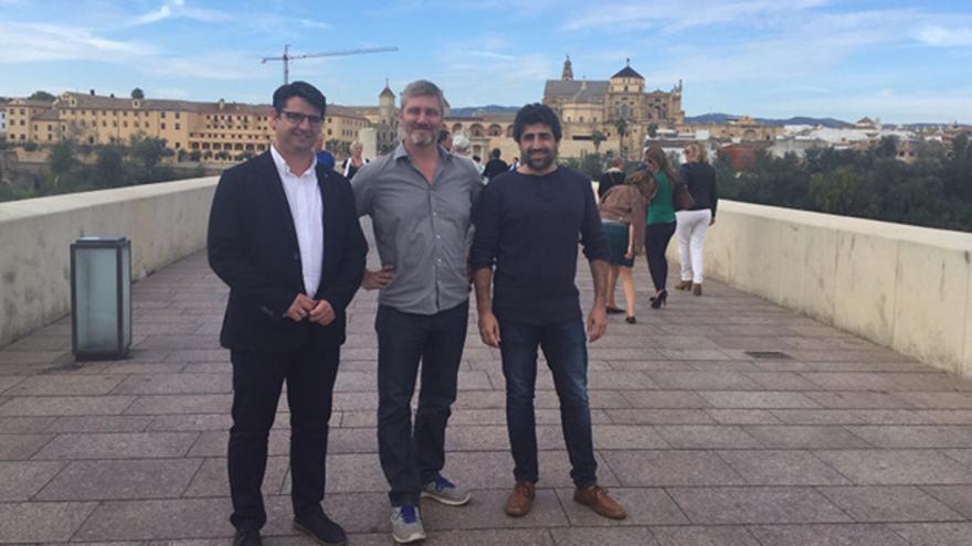 Pedro García, con el productor Peter Walter, ayer en el Puente Romano.
