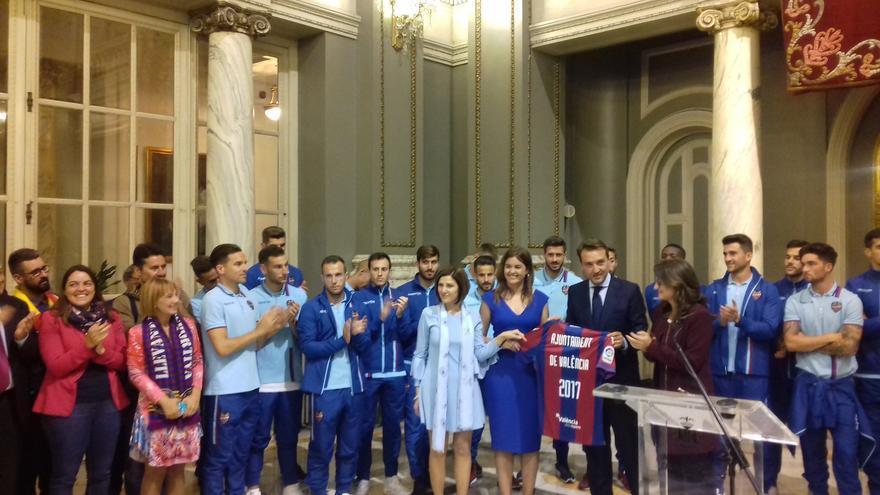Un momento de la recepción al Levante UD en el ayuntamiento de Valencia
