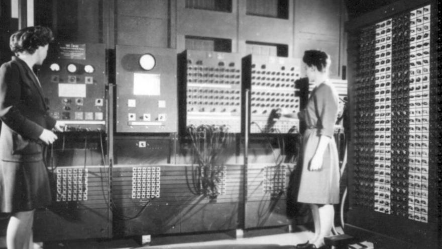 Jean Bartik, a la izquierda, operando el ENIAC