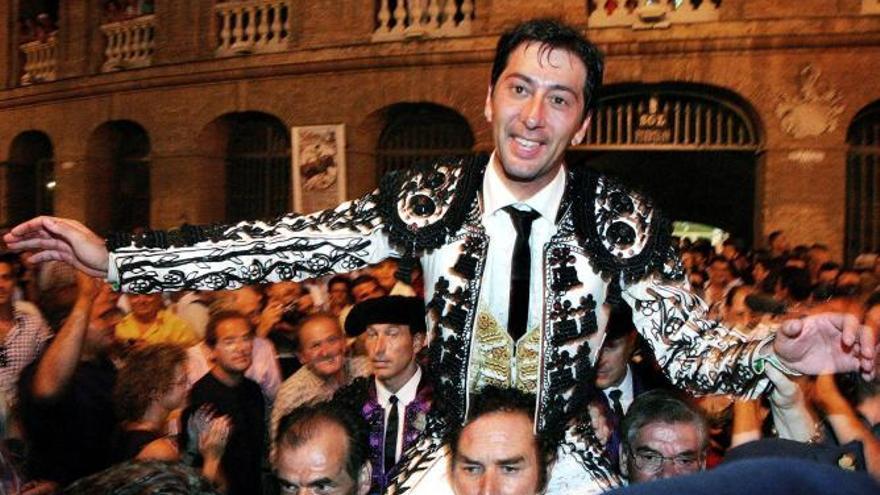 Vicente Barrera sale a hombros de la plaza de toros de València en una imagen de archivo