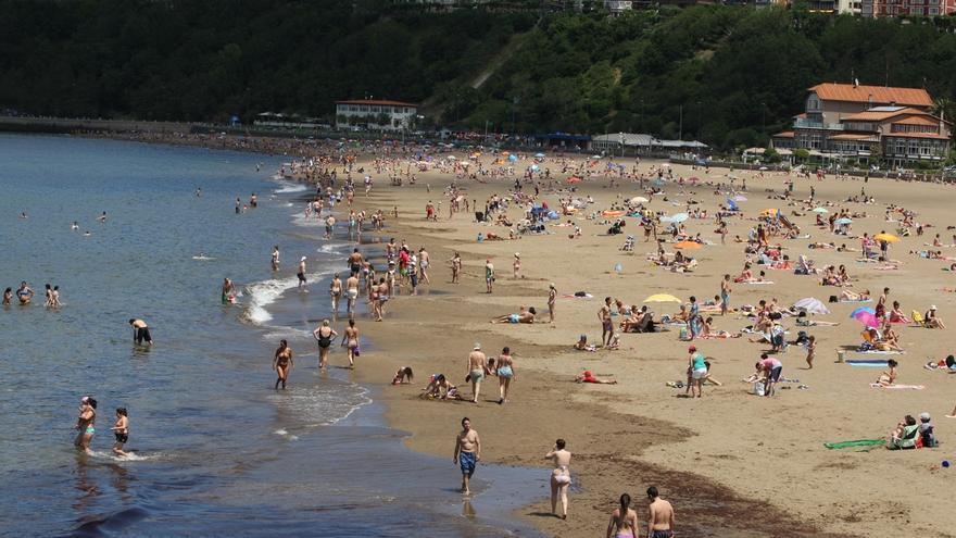 La bandera amarilla ondea en nueve playas de Bizkaia, y en el resto de arenales el baño es libre