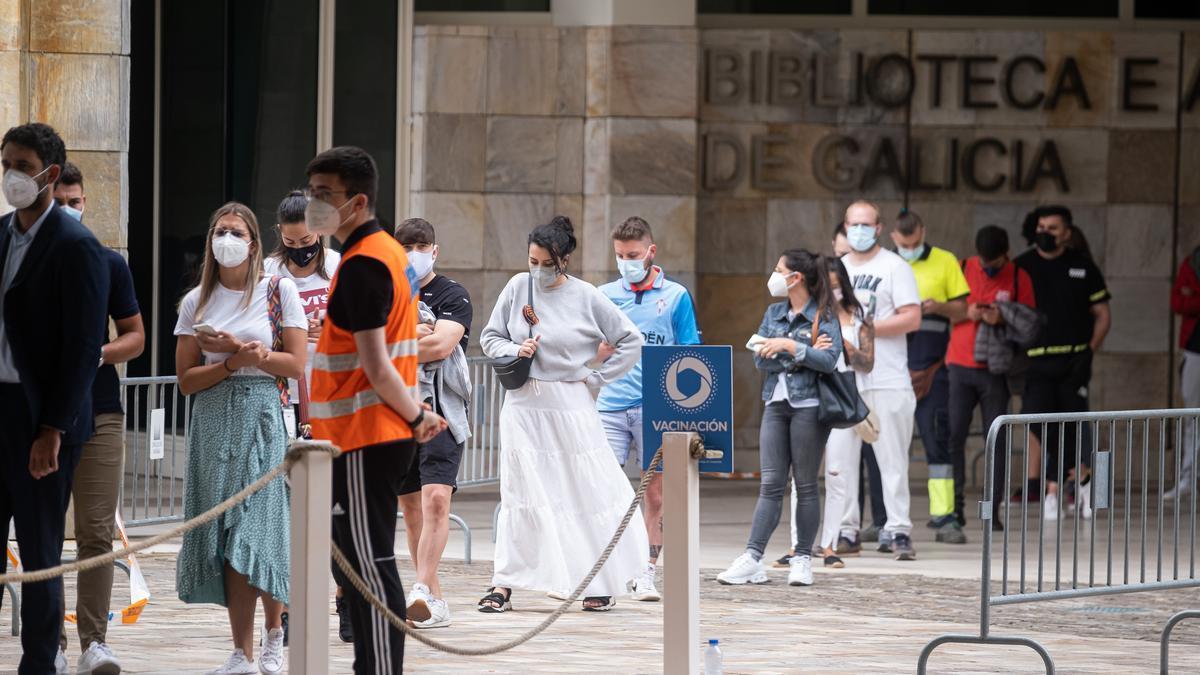 Varios jóvenes acuden a un dispositivo de vacunación contra el Covid-19 en el complejo de Cidade da Cultura, a 22 de julio de 2021, en Santiago de Compostela, Galicia (España).
