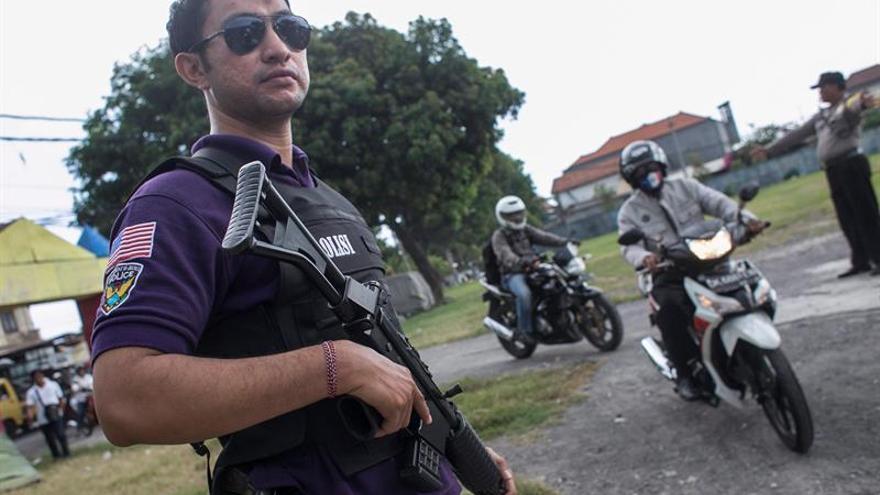 Cuatro atacantes y un policía muertos en un ataque a una comisaría en Indonesia