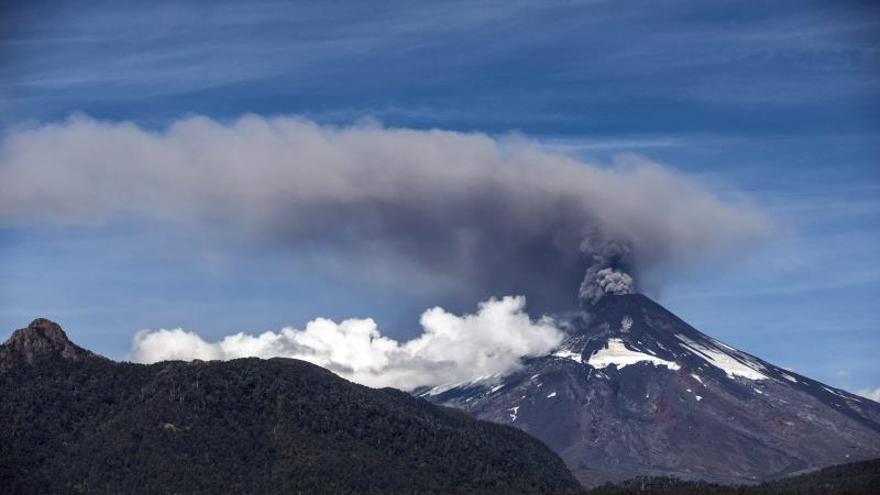 Elevan a alerta naranja la situación del volcán Villarrica en Chile, por aumento de actividad