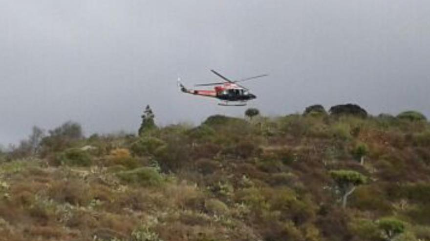 En la imagen, el helicóptero del GES este jueves en la operación de rescate en Buracas.