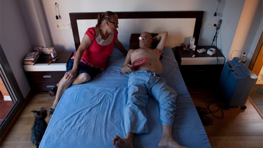 En la imagen, Ana y su esposo Pancho. Él tiene una discapacidad desde hace 20 años que le obliga a estar conectado a un respirador que le suministra oxígeno durante la mayor parte del día (a la derecha de la imagen se observa el mismo). Endesa hoy no ha tenido en cuenta esta circunstancia cuando, sin avisar previamente, ha cortado el suministro eléctrico a la Corrala de Vecinas 'La Utopía' en torno a las 5 de la madrugada.