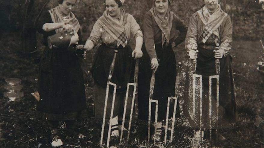 Mujeres vascas labrando la tierra