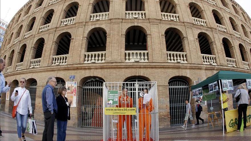Greenpeace se enjaula en Valencia para recordar a los activistas detenidos en Rusia