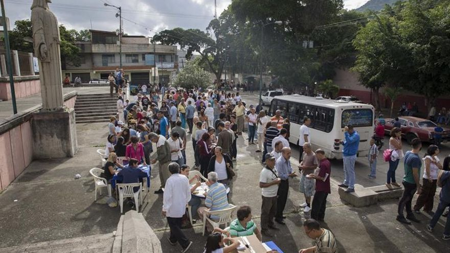 Dos muertos por el ataque de un grupo armado durante la consulta opositora en Caracas