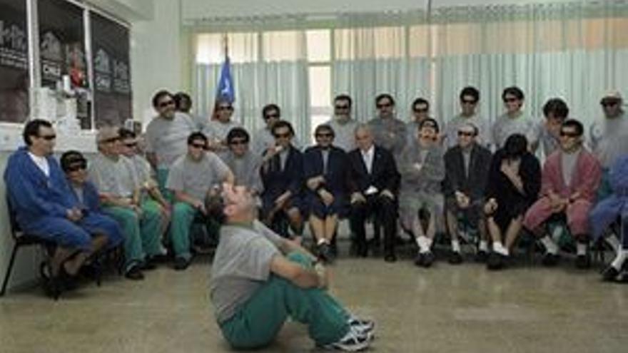 El presidente chileno visitó a los 33 mineros en el hospital.