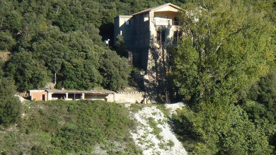 Vista del edificio que levantó Negrín sobre una mina de talco en la Vajol, para usarla como depósito de bienes de la República antes del exilio