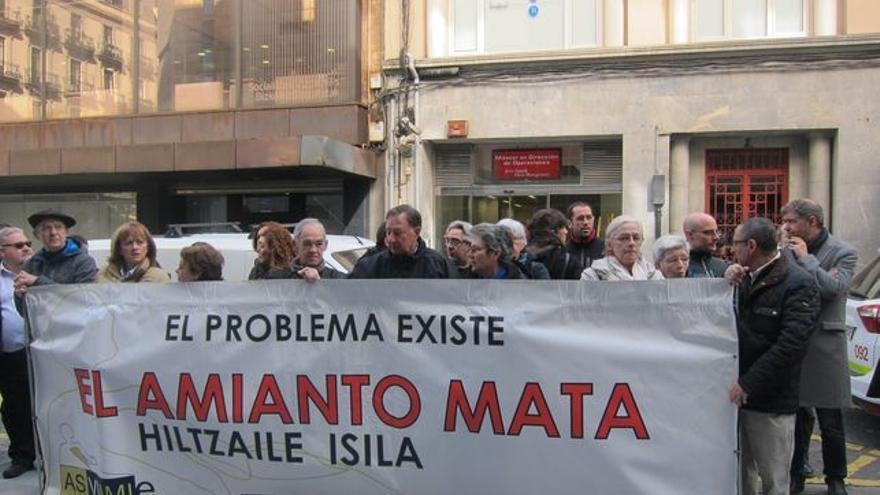 Una concentración en Bilbao protesta contra el uso del amianto.