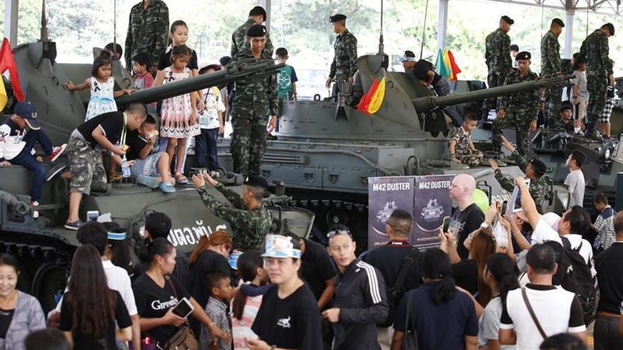 Un avión militar se estrella en exhibición por el Día del Niño en Tailandia