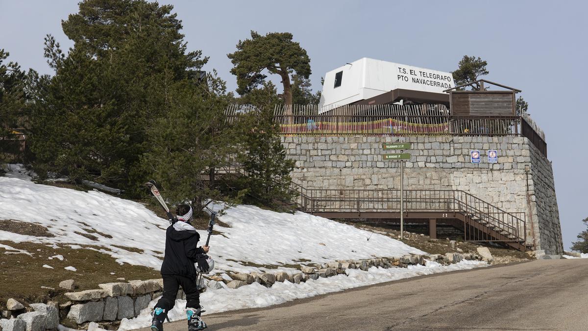 Acceso a la pista Escaparate de la estación de esquí de Navacerrada en Madrid (España),
