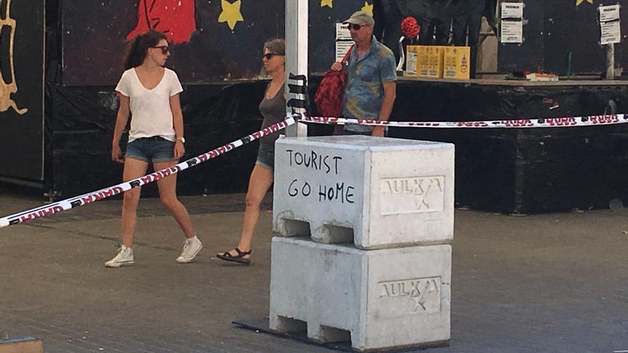Pintadas contra los turistas.