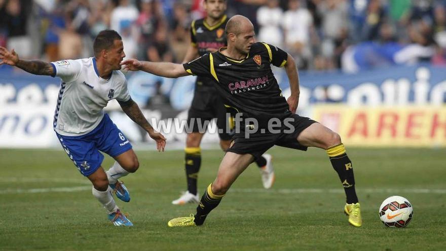 Vitolo en el partido entre el Tenerife y el Real Zaragoza. (LFP)