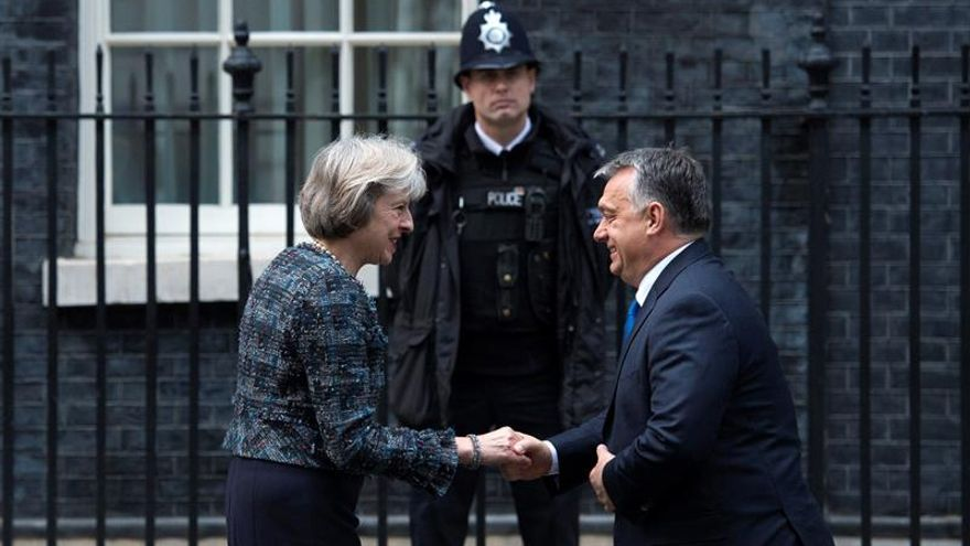 """May traslada a Orbán que espera """"proteger"""" a los europeos en el Reino Unido"""