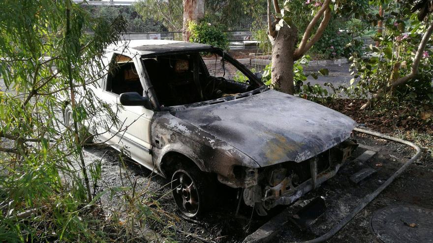 En la imagen, el coche calcinado. Foto: BOMBEROS LA PALMA.