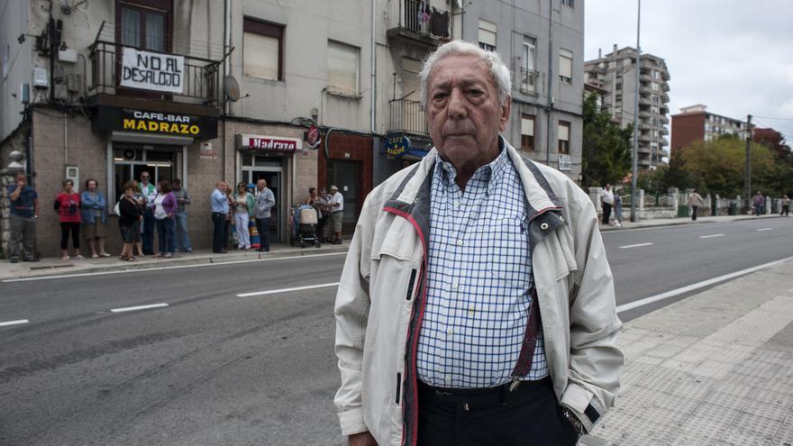Eugenio Velarde frente a las viviendas de El Pilón que quieren desalojar para construir nuevos edificios.   Joaquín Gómez Sastre