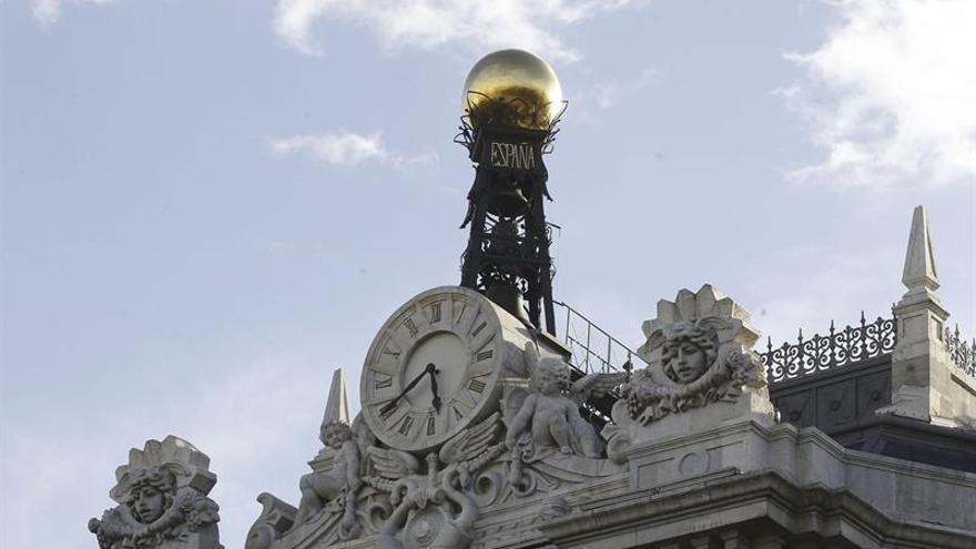 El interés del bono español cae por debajo del 1,5 % pero la prima sube a 106