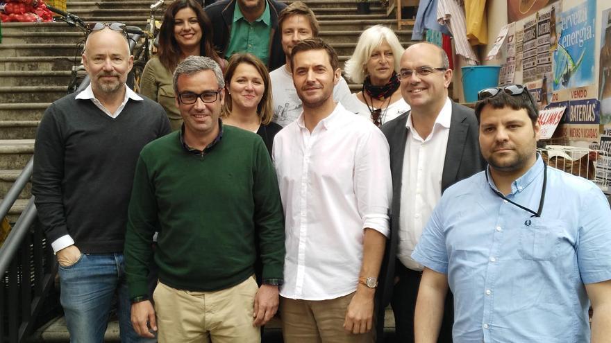 El actor Richard Armitage (centro), con Anselmo Pestana (derecha) y Sergio Matos, con otros miembros del Cabildo y del rodaje.