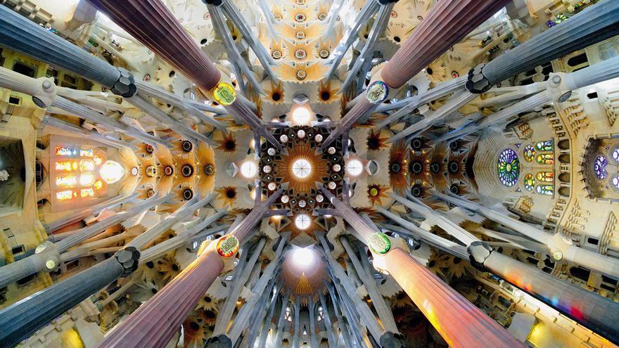 Vista desde abajo del techo de la nave central de la Sagrada Familia