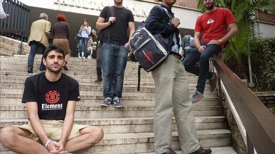 La CE niega que vayan a reducirse los fondos europeos para las becas Erasmus