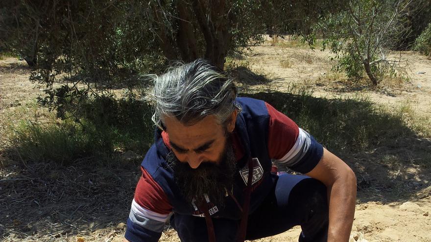 El padre de Walla' y Ahmed recoge los restos de su hija Walla' de camino a su casa/ Foto: Isabel Pérez.
