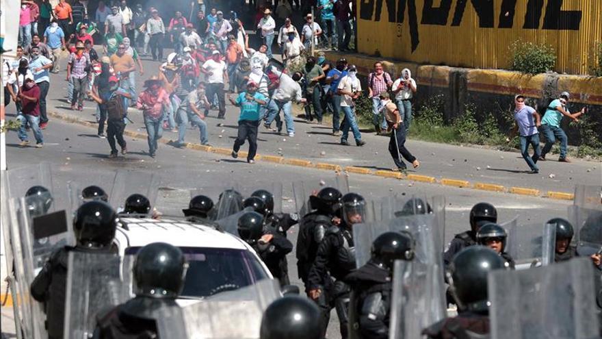 Aumenta tensión y violencia en México por desaparición de 43 estudiantes