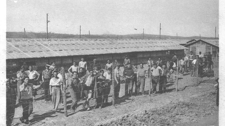"""Campo de Gurs, donde llegó a haber 6.000 vascos y navarros. En barracones como estos se hacinaban los exiliados republicanos tras la derrota de 1939, por lo que no es de extrañar que hiciese mella en muchos la presión de las autoridades francesas. Las Compañías de Trabajadores Extranjeros, la Legión Extranjera y los Regimientos de Marcha de Voluntarios Extranjeros se convirtieron en la única salida para muchos (Jesús García Sánchez: """"Historia postal de los campos de refugiados españoles en Francia"""")."""