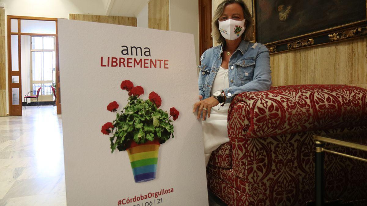 Isabel Albás con el cartel de la campaña del Ayuntamiento por el 28J, Día del Orgullo.