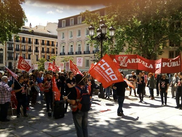Protesta de los trabajadores del Teatro de La Zarzuela en la Plaza del Rery | TW: @ccooMECD