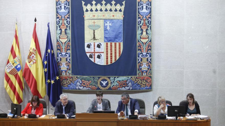 En el centro, la presidenta de las Cortes de Aragón, Violeta Barba