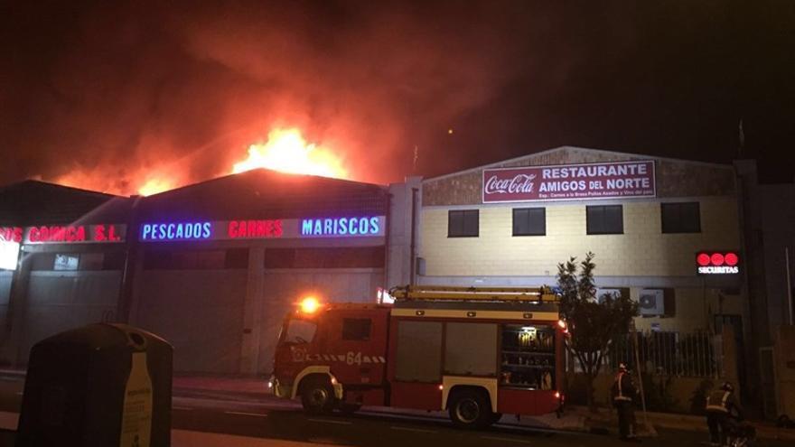 Naves afectadas por el fuego en Las Chafiras, al sur de Tenerife
