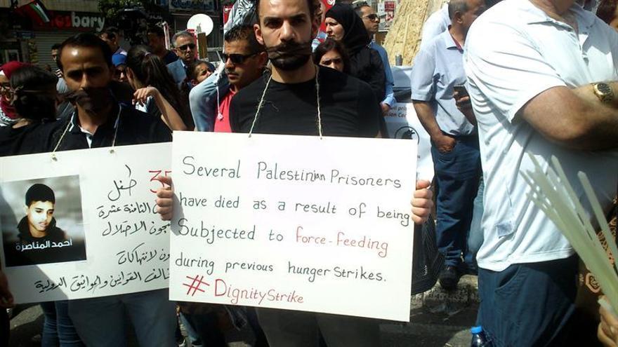 Más de 800 presos palestinos llevan dieciséis días en huelga de hambre
