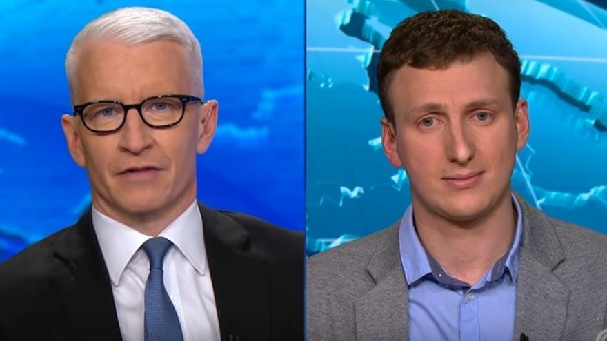 Aleksandr Kogan, a la derecha, durante una entrevista con la CNN // Youtube