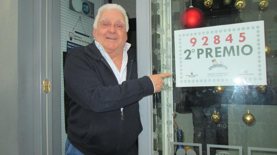 León Cobiella este lunes junto al número premiado en el sorteo. Foto: LA PALMA AHORA.