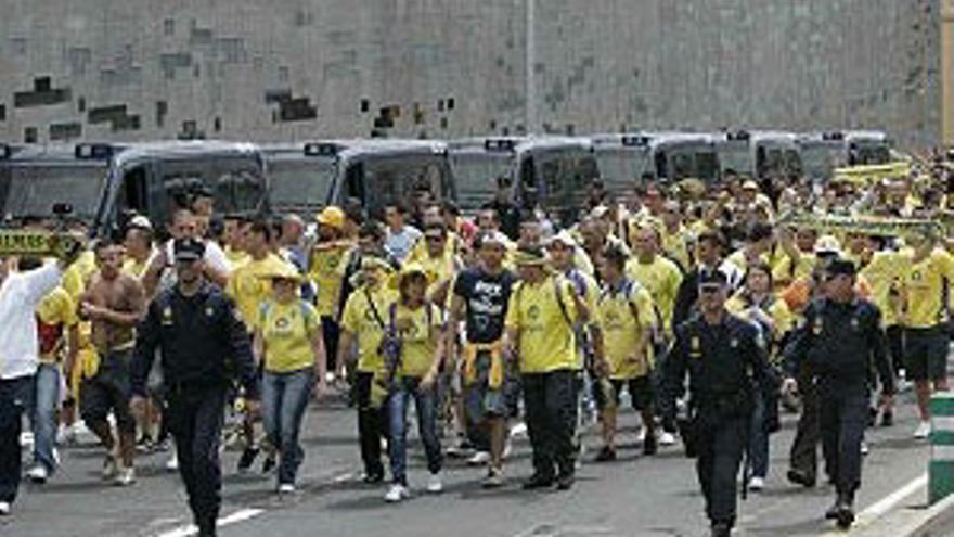 Aficionados de la UD se dirigen escoltados por la Policía al Heliodoro Rodríguez López, Avenida de San Sebastián hacia arriba. (UDLASPALMAS.ES)