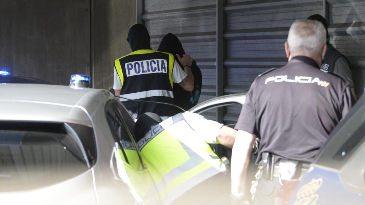 Un agente lleva arrestado a uno de los acusados para declarar como presunto autor de la paliza que causó la muerte a Samuel Luiz en A Coruña.